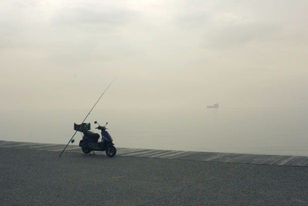 """Arbeitsteilung auf griechisch: Stratos, der Fischer arbeitet nebenher auch als Taxifahrer;  """"Anbeißen kann der Fisch alleine"""" erklärt er mir…."""