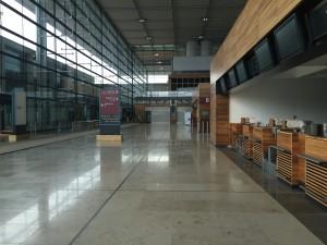 Nussholz und Kalkstein - der Terminal des BER