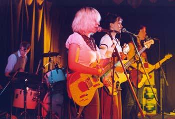 """Parole Trixi, """"Girls got rhythm""""- Tour, 2003.  Die Gitarrenmädchen v.l.n.r: Sandra Grether, Christine Schulz, Cordula Ditz. Der Schlagzeugjunge: Elmar Günther."""
