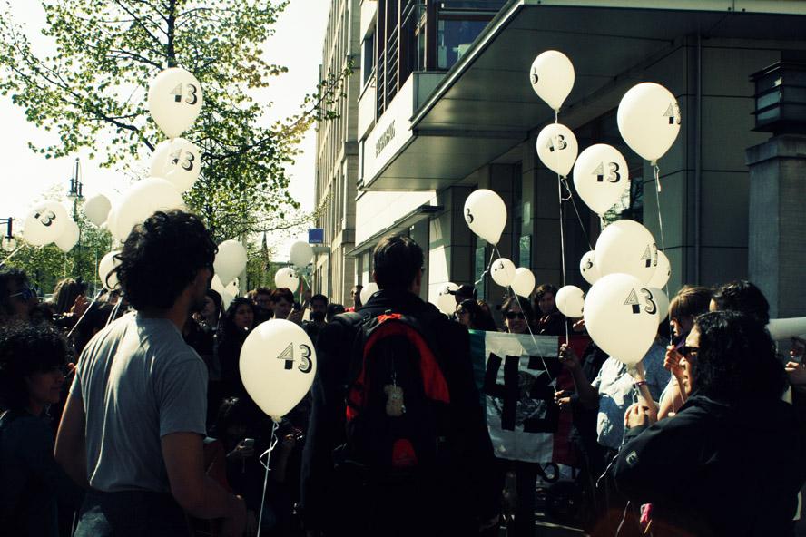 43 weiße Luftballons mit den Namen der Verschwundenen wurden vor der mexikanischen Botschaft in den Himmel entlassen.