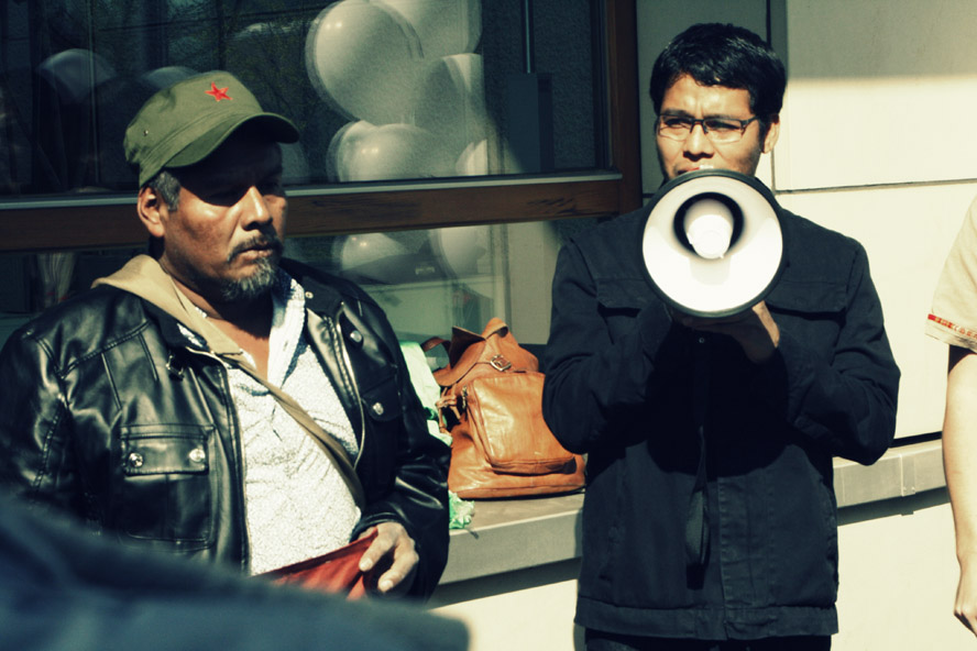 Don Eleocario Ortega und Omar García vor der mexikanischen Botschaft in Berlin