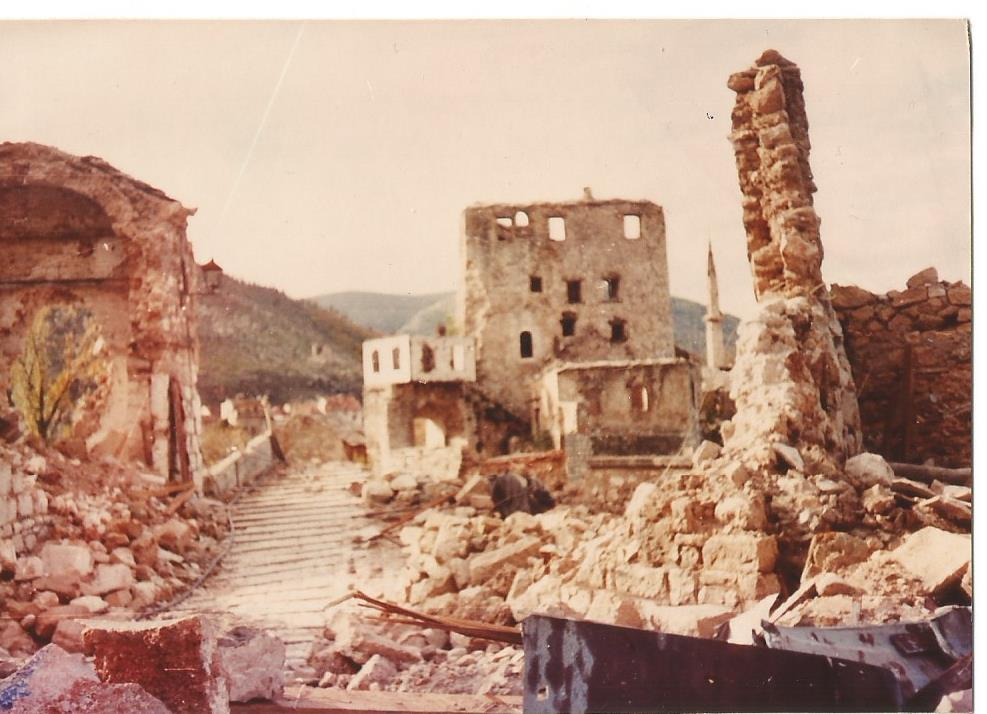 Vergilbt: die zerschossene Brücke in Mostar, vor zwanzig Jahren.