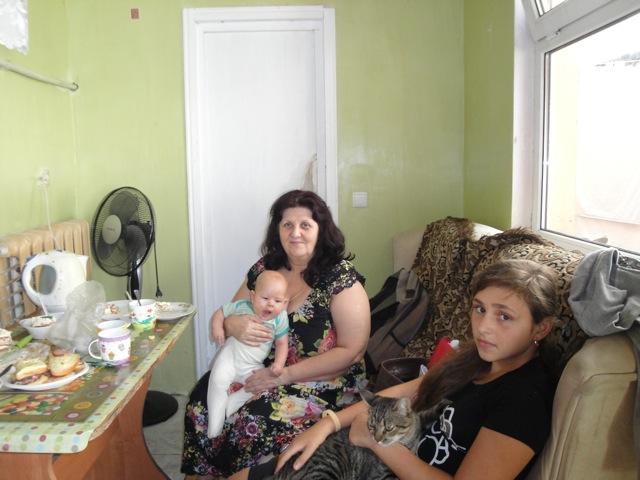 Galja mit Enkelin und Pflegetochter