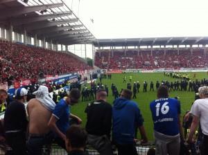 Spielunterbrechung in der 84. Minute des Relegationsspiels Kickers Offenbach gegen den 1. FC Magdeburg
