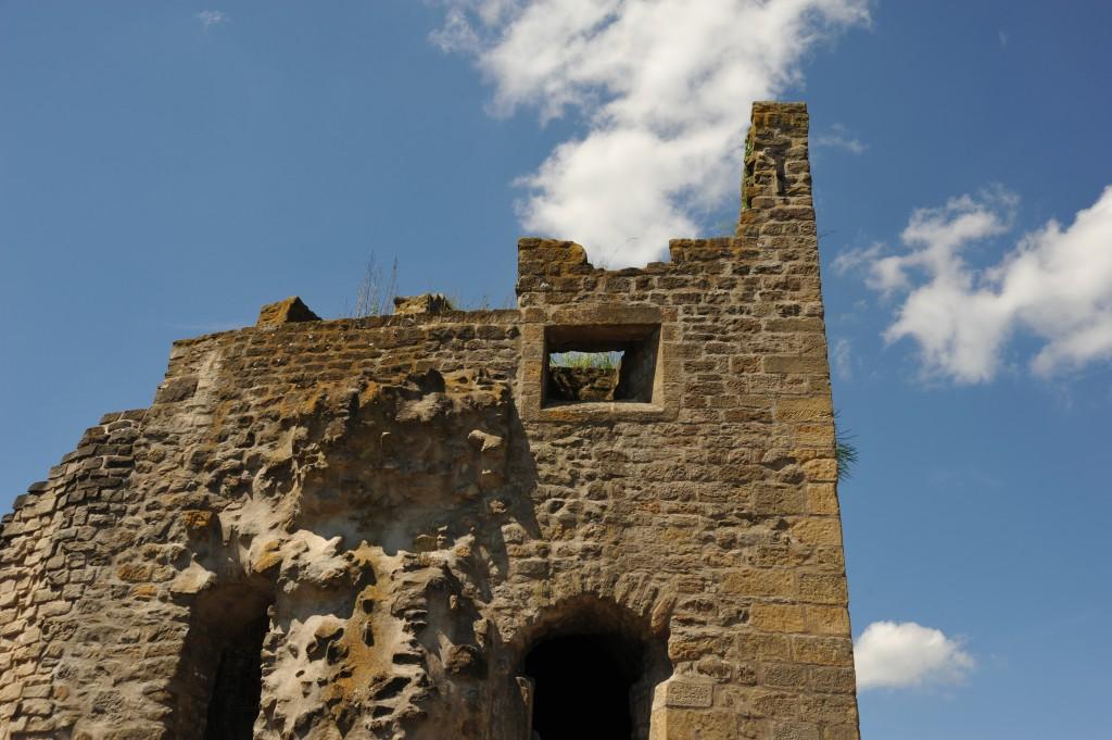 """Die Turmruine """"Hohler Zahn"""" auf dem Bockfelsen in Luxemburg. Der Bockfelsen wird gern als Wiege der Festung und der Stadt Luxemburg bezeichnet. Auf dem Felsen war es, wo Graf Siegfried im Jahr 963 die Burg Lucilinburhuc erbauen ließ. Hier befinden sich die Bock-Kasematten mit ihren Wehranlagen sowie der restaurierte Turm"""