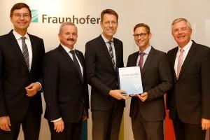 Freude über den Förderbescheid für den Industrial Data Space: Fraunhofer Präsident Neugebauer (2. von links) und seine Mitstreiter