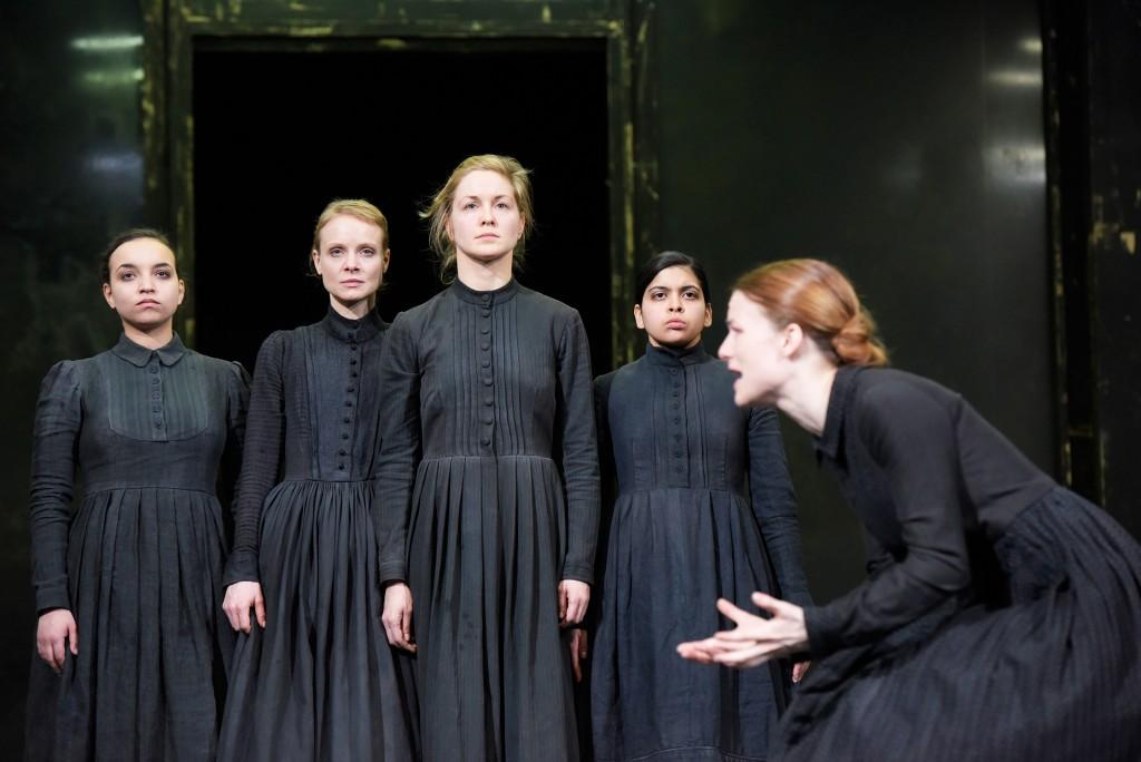 Auch wenn sie schweigen, schreien sie: Genet Zegay (Betty Parris), Friederike Ott (Mercy Lewis), Valery Tscheplanowa (Abigail Williams), Valentina Schüler (Tituba), Valerie Pachner (Mary Warren).