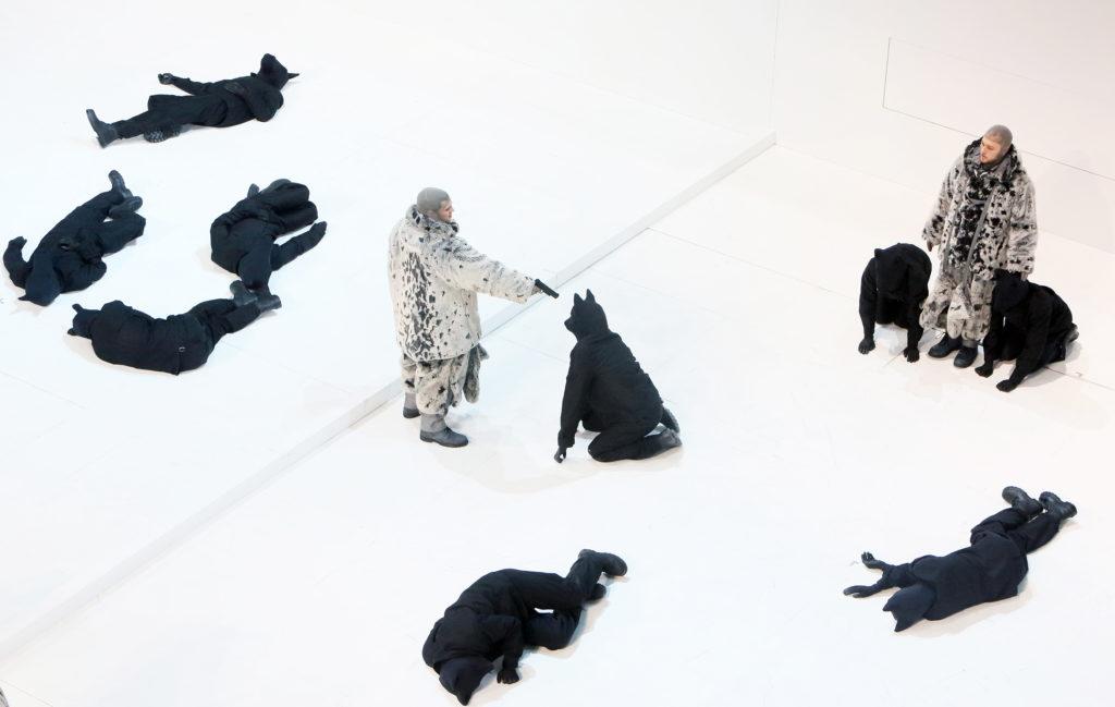 Ein Gang durch die Antarktis ist immer ein gewagtes Unternehmen, auch mit erstklassigen Schlittenhunden: Amundsen steht über Leichen.