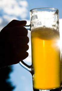 """ARCHIV - Ein Mann hält ein Bierglas am 13.08.2013 in Pillnitz (Sachsen) im Gegenlicht der Sonne. Foto: Ole Spata/dpa (zu dpa """"Mögliche Milliardenübernahme auf dem Biermarkt"""") +++(c) dpa - Bildfunk+++"""