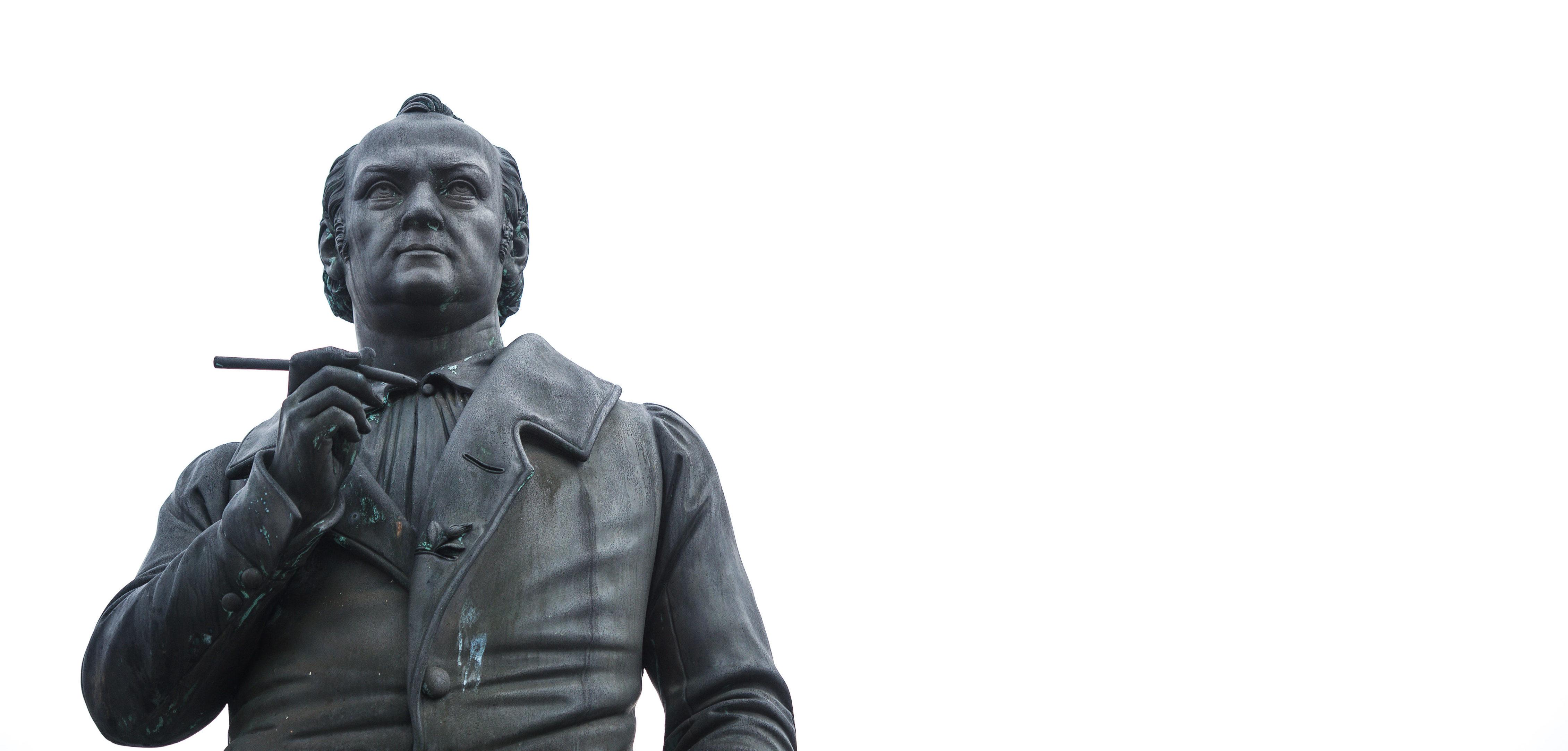 ARCHIV - Das Jean-Paul-Denkmal auf dem ebenfalls nach dem Dichter benannten Platz in Bayreuth (Bayern), aufgenommen am 08.01.2013. Oberfranken feiert in diesem Jahr den 250. Geburtstag des Dichters Jean Paul mit zahlreichen Veranstaltungen. Foto: David Ebener/dpa (zu dpa-Themenpaket vom 15.03.2013) +++(c) dpa - Bildfunk+++ | Verwendung weltweit