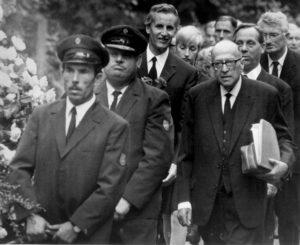 File - (AP) Adorno Begraebnis - Auf dem Frankfurter Hauptfriedhof wurde heute Prof. Theodor Adorno beigesetzt. Unser AP-Photo zeigt hinter dem Sarg v.l. (3.v.l.) Prof. Ludwig Friedeburg, Prof. Max Horkheimer, Oberbuergermeister Willy Brundert und Prof. Juergen Habermas. (AP-Photo) 13.8.1969 |