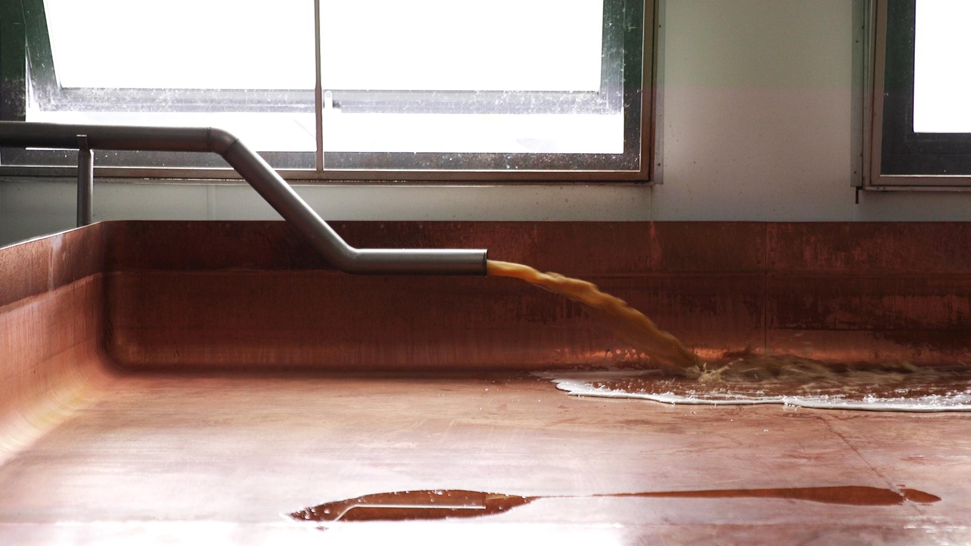Unter dem Dach fließt die Würze ins Kühlschiff aus Kupfer - eine handwerkliche Meisterleistung