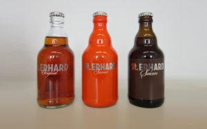 """Drei Sorten: Links das ursprünglich für den indischen Markt entwickelte """"Original"""", ein fränkisches Kellerbier. In der Mitte ein IPA namens """"Farmer"""". Rechts ein """"Saison"""" nach belgischem Vorbild."""