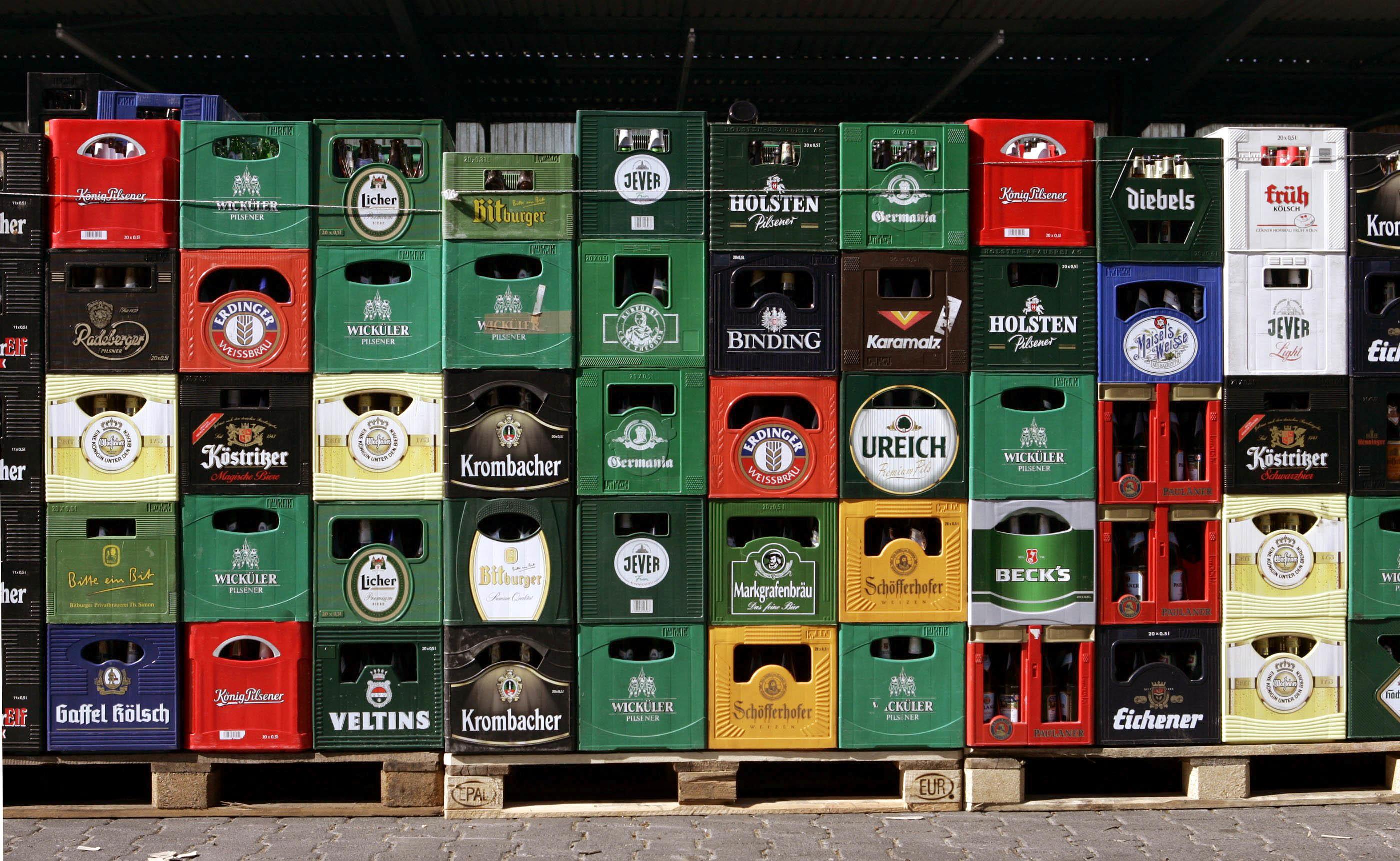 Leere Bierkästen der verschiedensten Brauereien stehen am 03.04.2005 auf dem Hof einer Getränkefirma in Limburg. Foto: Frank Rumpenhorst +++(c) dpa - Report+++ | Verwendung weltweit