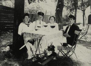 Nahrungs– und Genußmittel: Alkohol / Bier. Gäste in einem Gartenlokal mit Berliner Weiße. Foto, undat. (um 1913 ?) |