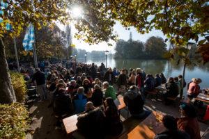 Gäste sitzen am 01.11.2016 in München (Bayern) im Englischen Garten im Biergarten am Seehaus. Foto: Tobias Hase/dpa | Verwendung weltweit