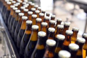 Der Standard: Herkömmliche NRW-Flaschen dominieren noch immer. Hier drängeln sie gerade durch die Abfüllanlage einer Brauerei in Karlsruhe.