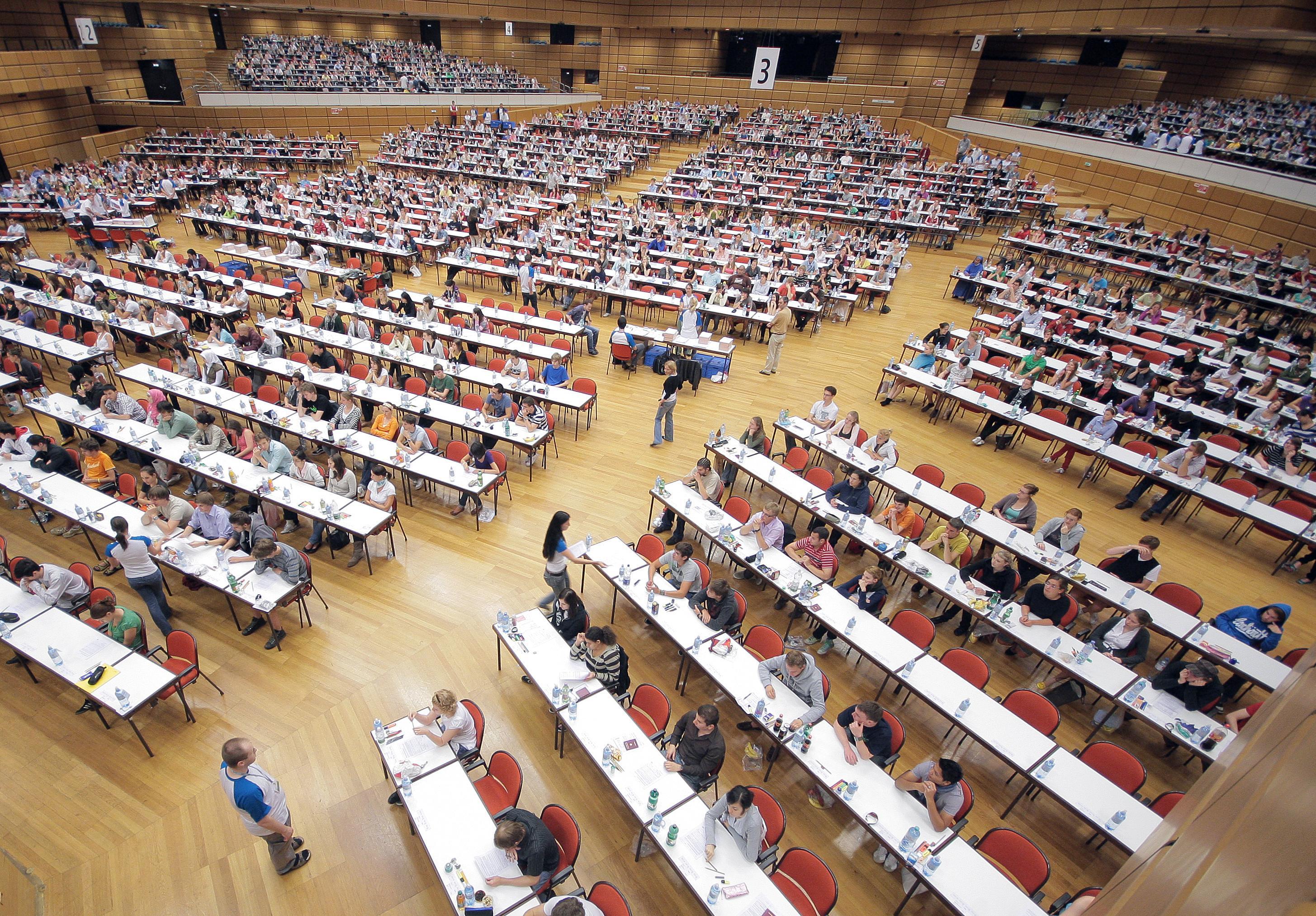 Bewerber warten im Austria Center Vienna auf den Prüfungsbeginn des Eignungstests für das Medizinstudium an der Universität Wien.
