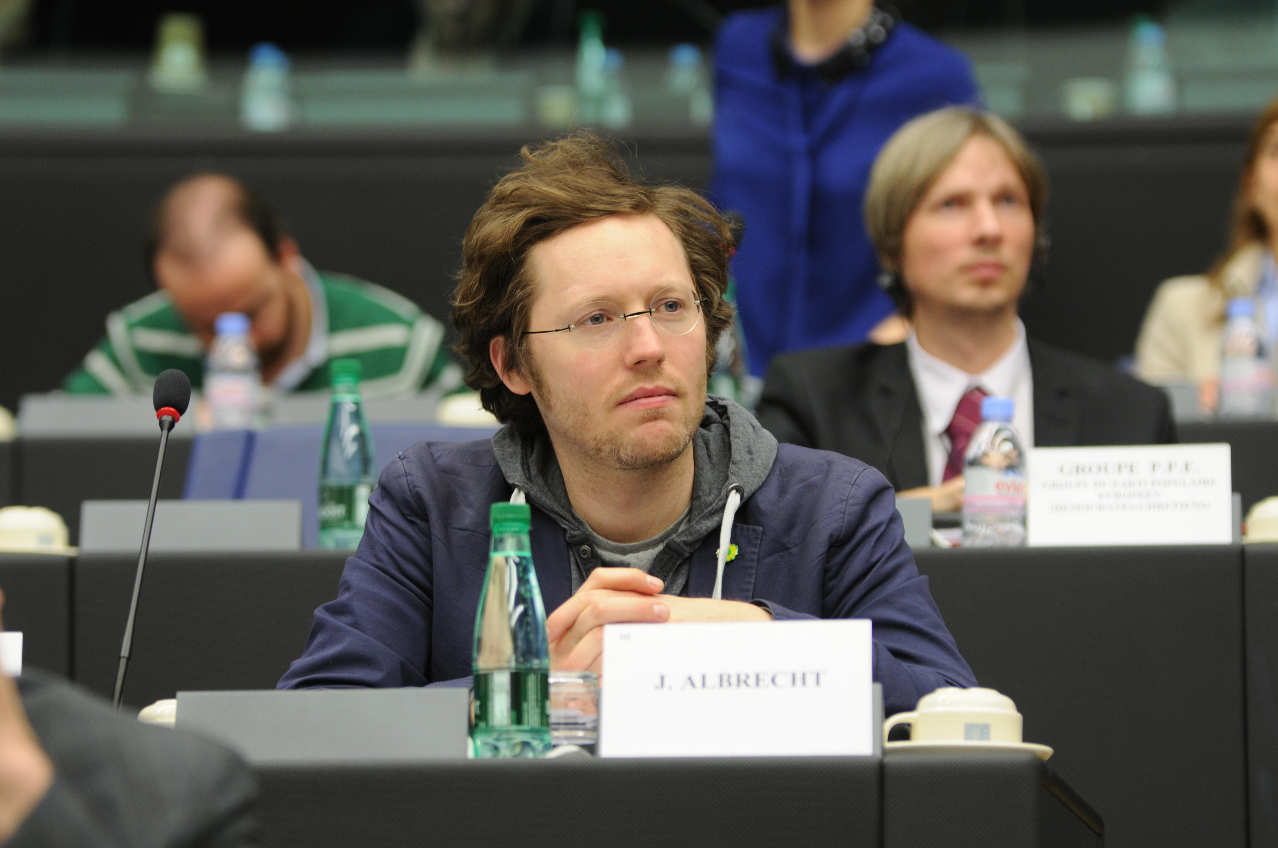 Der Grünen-Europaabgeordnete Jan Philipp Albrecht sitzt am 10.März 2014 in einem Raum des Europaparlaments inStraßburg und hört einer Debatte im Innenausschuss LIBE zu. Der Deutsche ist Berichterstatter des Parlaments zur Datenschutz-Grundverordnung.Foto:Wolf von Dewitz, dpa. |