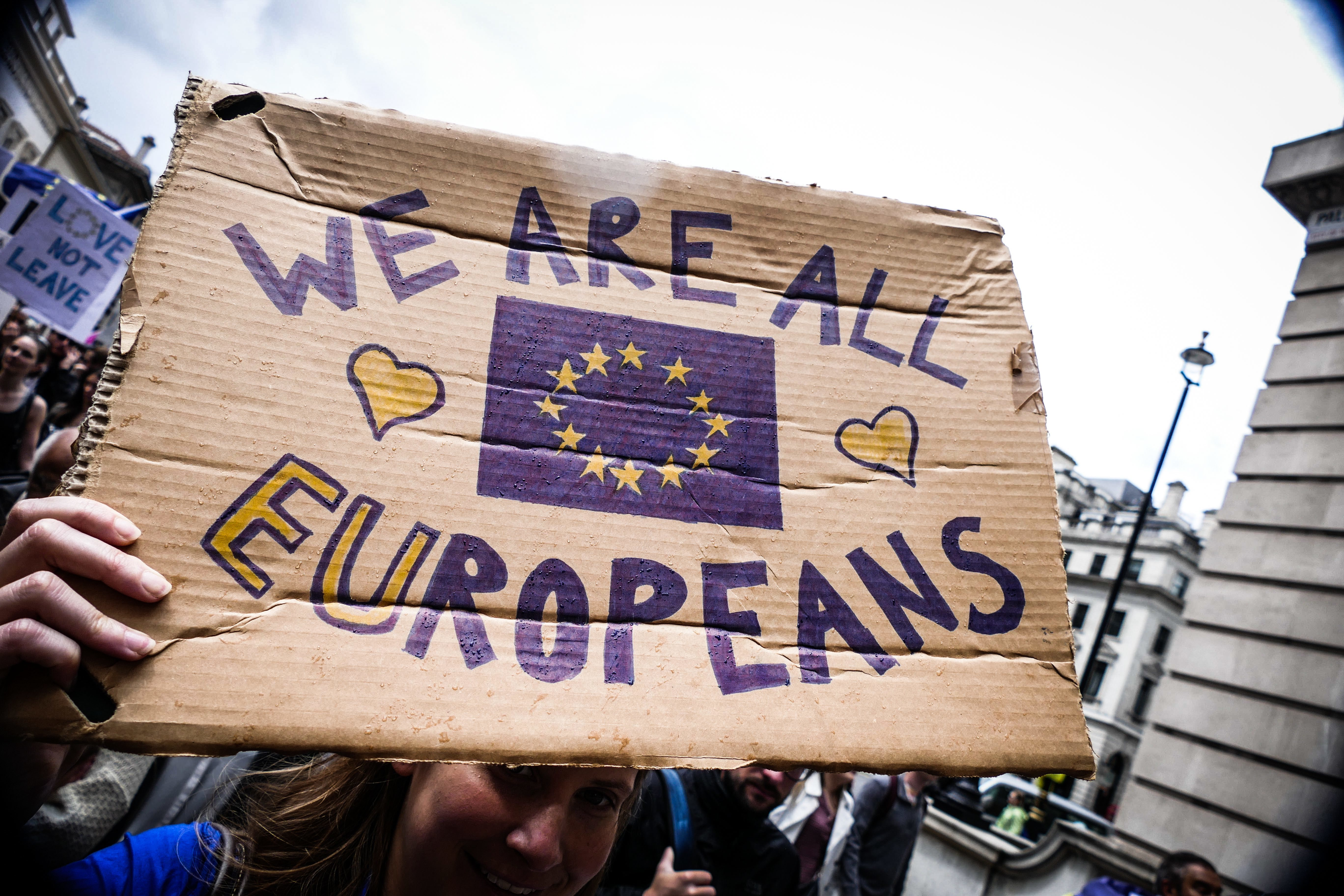 Thousands of protesters take part in a March for Europe, through the centre of London on July 2, 2016, to protest against Britain's vote to leave the EU, which has plunged the government into political turmoil and left the country deeply polarised. Protesters from a variety of movements march from Park Lane to Parliament Square to show solidarity with those looking to create a more positive, inclusive kinder Britain in Europe. (Photo by Gail Orenstein/NurPhoto) | Keine Weitergabe an Wiederverkäufer.