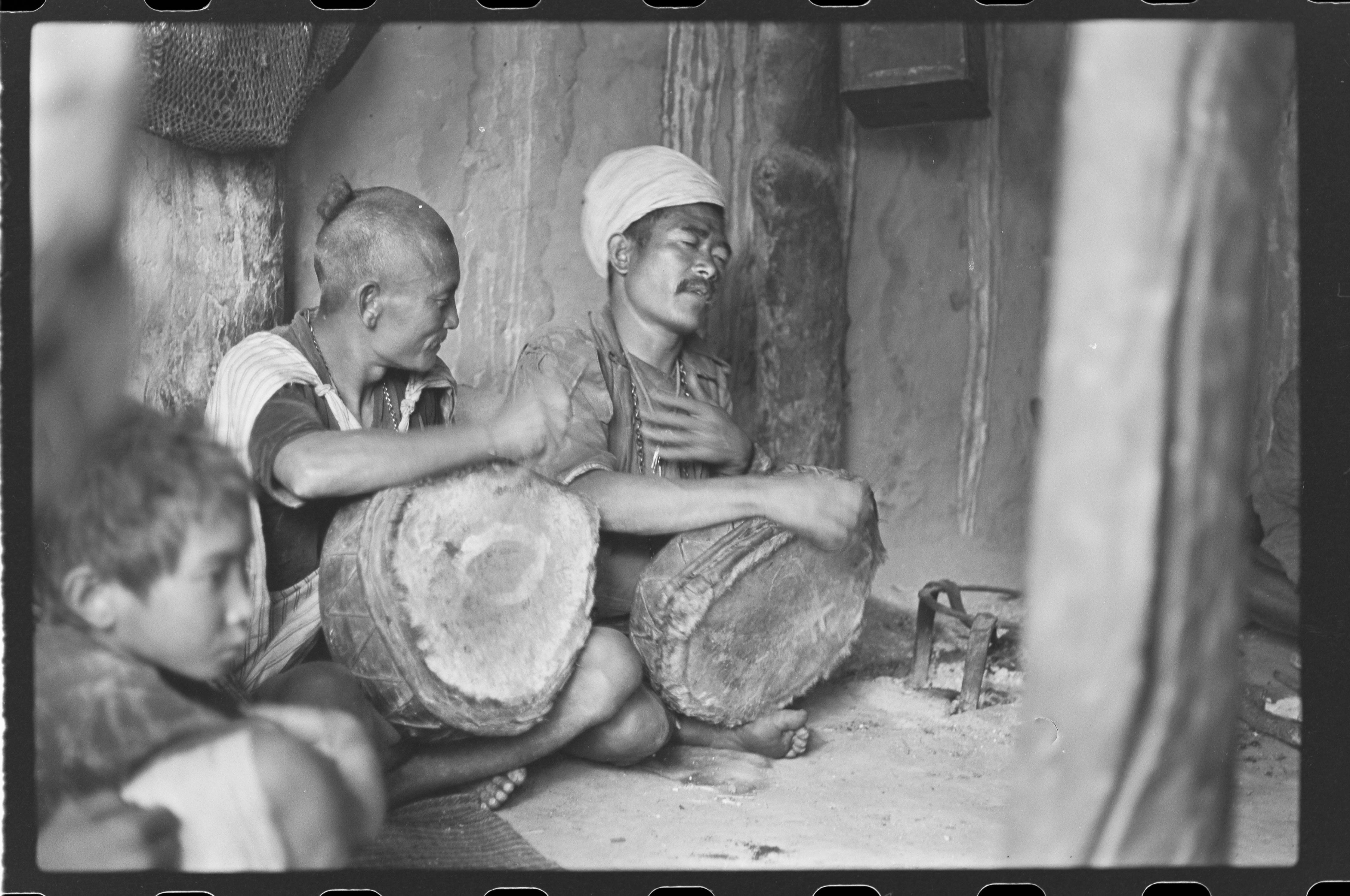 Bedh Bahadur und Man Bahadur beim Vortrag eines Schöpfungsmythos'