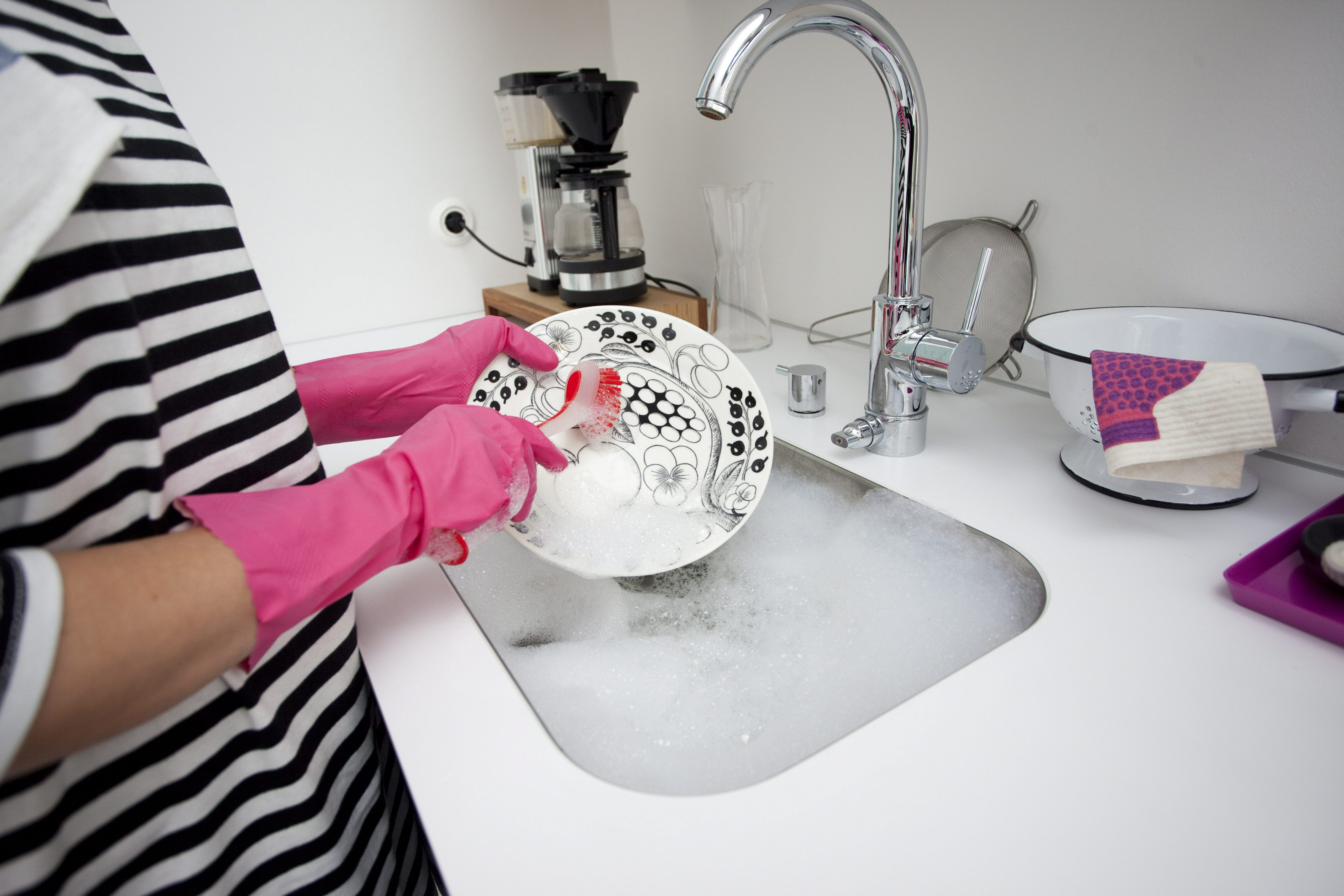 Woman washing the dishes./ MODEL RELEASED. LEHTIKUVA / Jarno Mela *** FINLAND OUT. NO THIRD PARTY SALES. *** |
