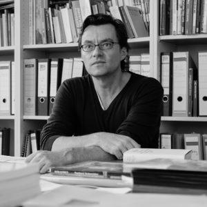 fotografiert am 13. Oktober 2015 in seinem Büro auf dem Campus Westend der Goethe Universität Frankfurt und im Hörsaal