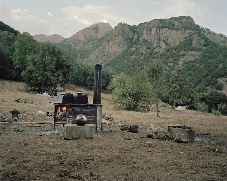 Ein Ofen, der zum Teekochen verwendet wird, steht in den Bergen inmiten eines temporären Guerilla-Camps der PKK. Das Camp wurde errichtet, um den Bau eines Friedhofs für gefallene Kämpfer vor der zerstörung zu schützen. Regelmäßig bringen Familienangehörige Gefallener Essen und Tee vorbei.