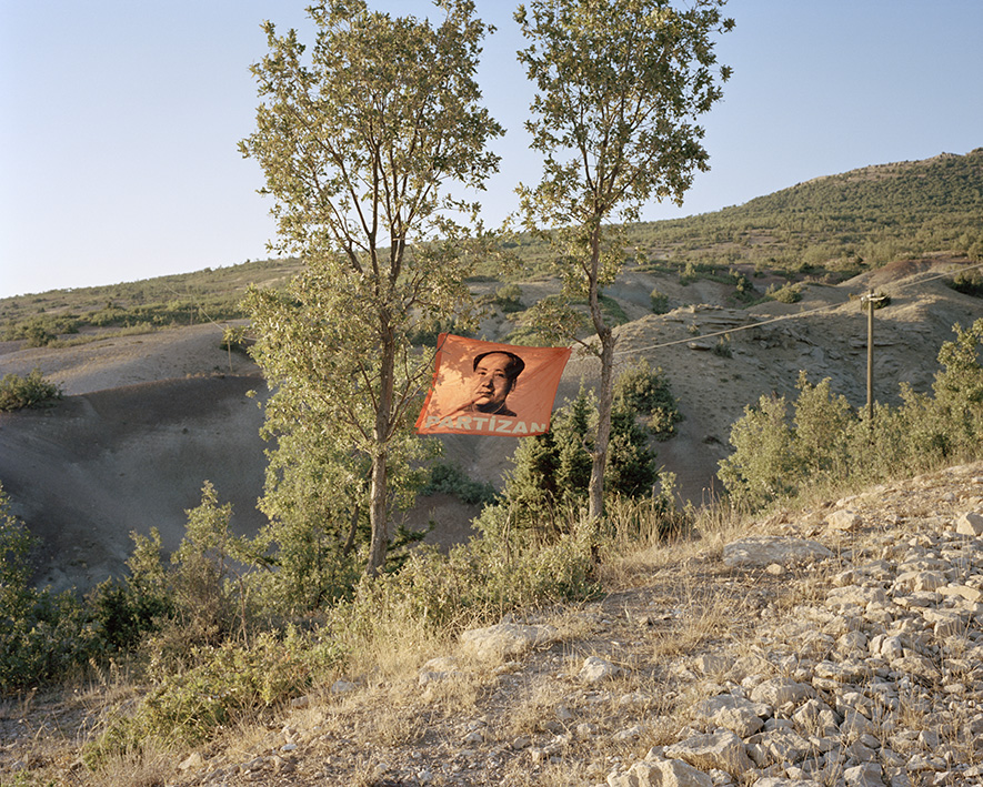 """Maos Konterfei in den Bergen Dersims. Partizan ist der Name einer der vielen Guerilla-Gruppen, die in der bergigen Region agieren. """"Partizan ist die Stimme der Freiheit jeglicher Nationalitäten, insbesonders für das Proletariat der Türkei und Türkisch-Kurdistans"""""""