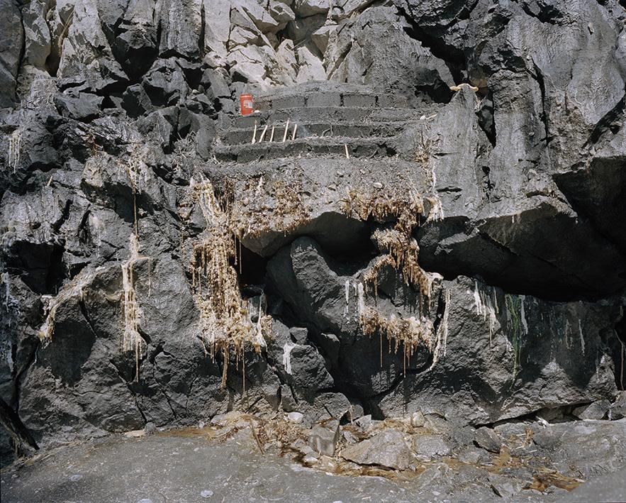 Ein Altar bei den heiligen Munzurquellen. Altes Wachs tropft die Steine herunter