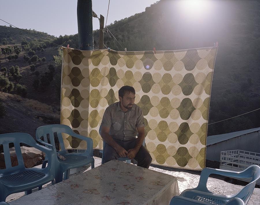 Der Bürgermeister des Dorfes Akkus Köyü sitzt im Sonnenuntergang vor seinem Haus. Der untere Teil des Dorfes soll aufgrund des Pembelik-Staudammprokjekts geflutet werden. Die überwiegend älteren Bewohner des Dorfes sind aufgrund von unzureichender Entschädigung oft perspektivlos. Sie würden damit ihren kompletten Besitz verlieren. Der Bau wurde wegen Übergriffen von Guerilla-Gruppen bereits mehrfach unterbrochen.