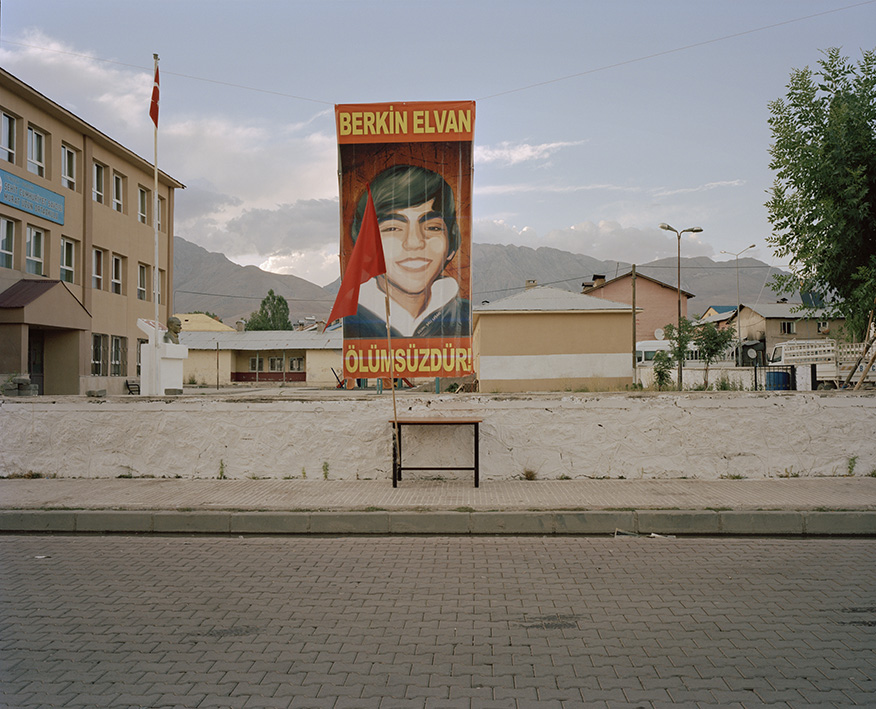 """In den Straßen Ovacıks ist das Plakat mit dem Gesicht Berkin Elvans zu sehen. Berkin starb im März 2014, nachdem er währen der Gezi-Proteste schwer verletzt wurde. """"Berkin Elvan ist unsterblich""""."""