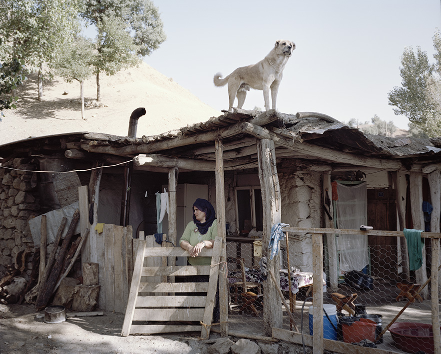 In den Bergen finden sich oft noch kleine, traditionelle Dörfer und Häuser, wie hier in Sorsvenk.