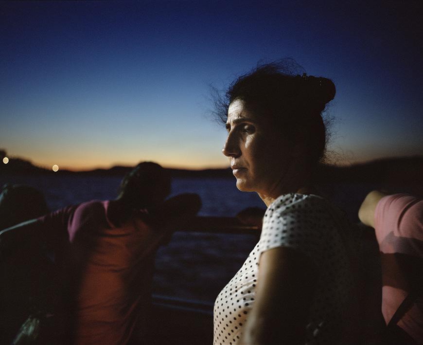Mit einer Fähre nach Elâzığ verlässt diese Frau und ihre Kinder die Region Dersim.