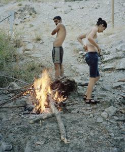 Zwei Jugendliche trocknen und wärmen sich am Feuer, nachdem sie im Munzur gebadet haben. Dersim und Ovacık, entlang des Munzur Tals.