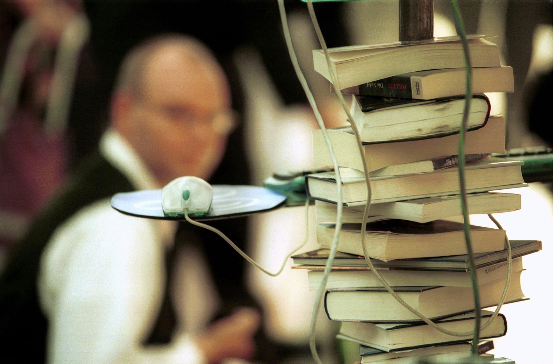 DEUTSCHLAND, FRANKFURT, 11.10.2001, Computermaus mit Bücherstapel. Buchmesse 2001. | Keine Weitergabe an Wiederverkäufer.