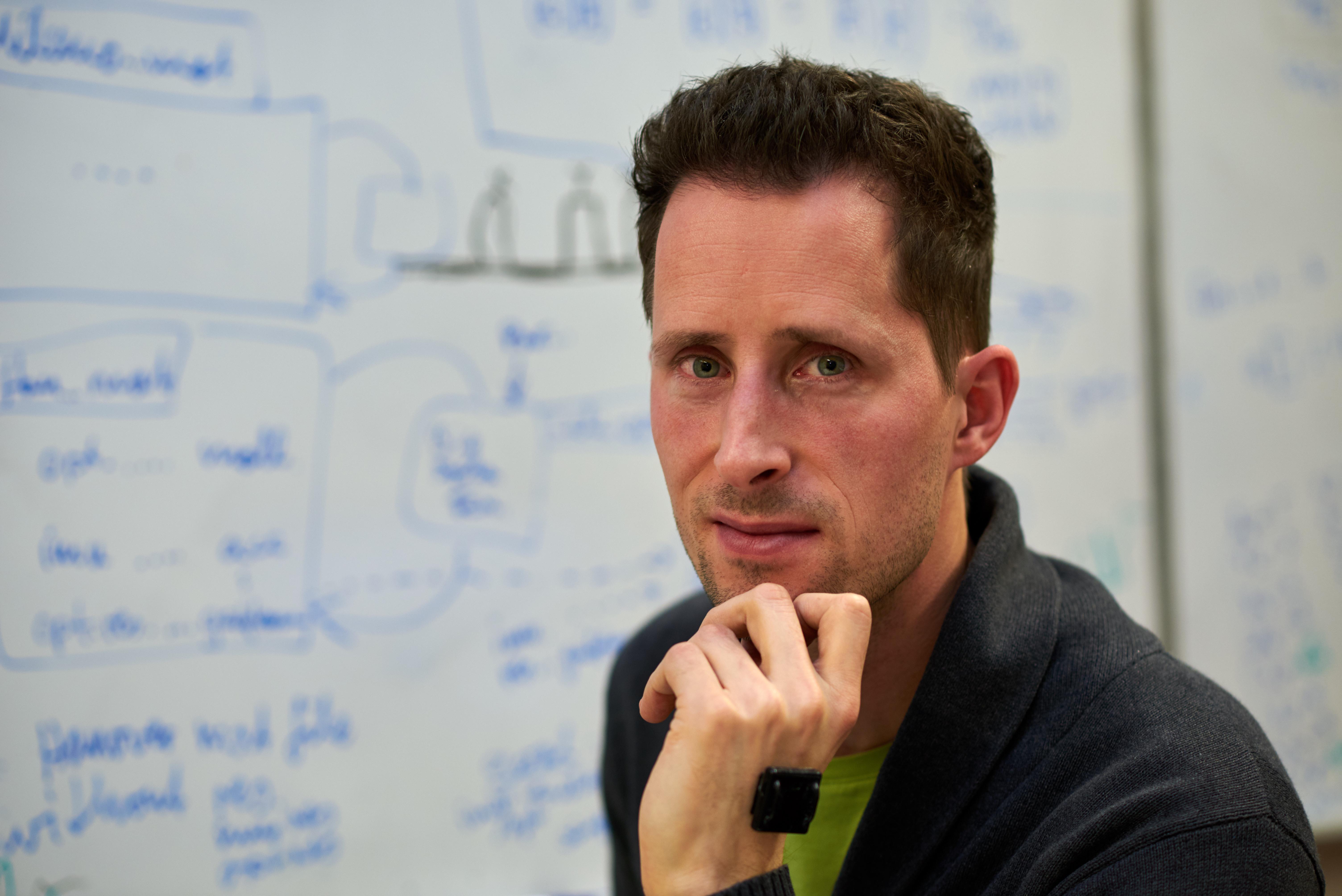 Ein Inertialsensor an der Hand gehört für Thomas Seel zur Berufskleidung.
