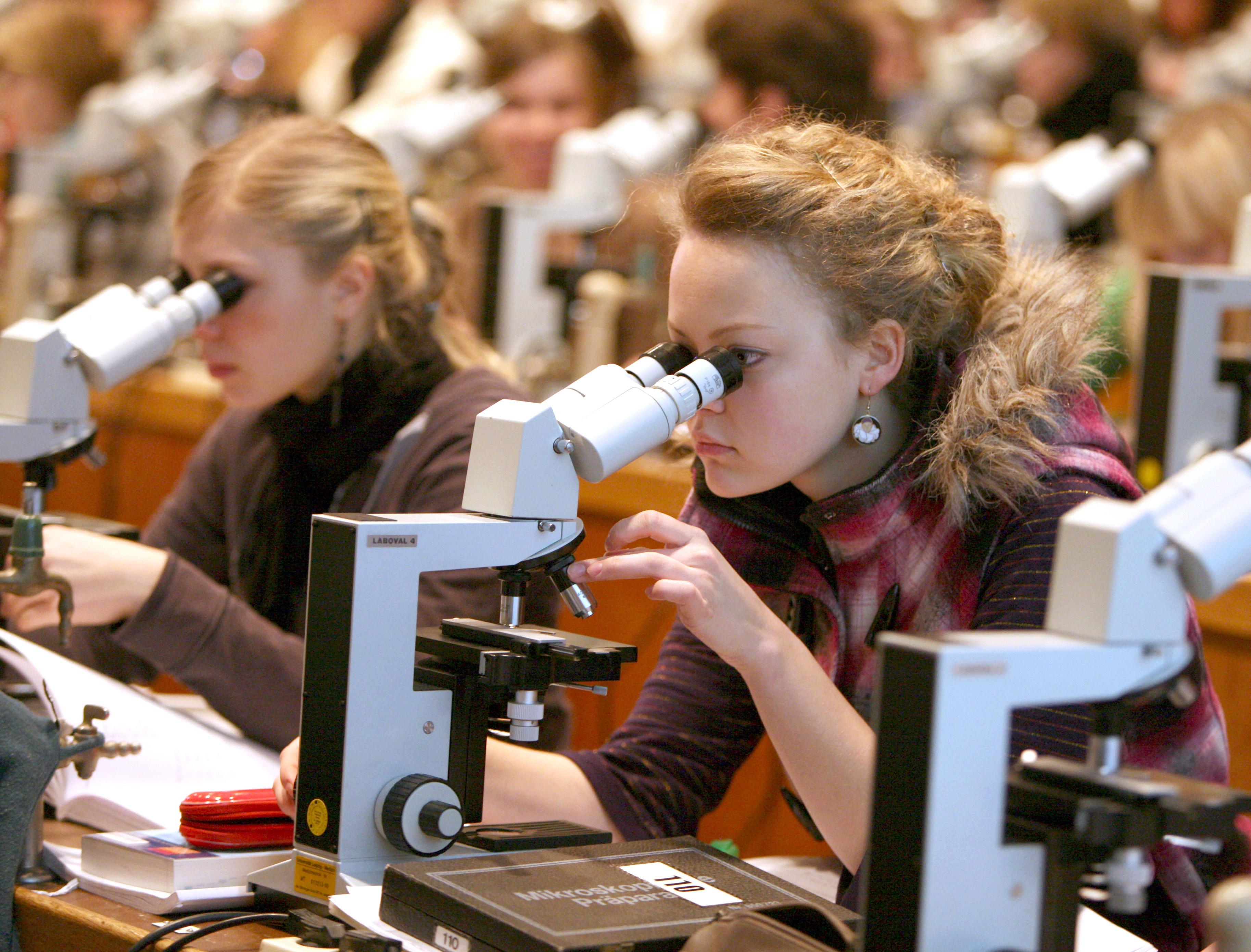 Eine Studentin der Human- und Zahnmedizin schaut bei einem Kurs am Institut für Anatomie der Universität in Leipzig durch das Mikroskop, aufgenommen am 13.01.2009. Die Leipziger Universität, die in diesem Jahr ihr 600-jähriges Bestehen feiert, ist in Deutschland nach Heidelberg die zweitälteste Hochschule, an der ohne Unterbrechung gelehrt und geforscht wurde. Foto: Waltraud Grubitzsch +++(c) dpa - Report+++ | Verwendung weltweit