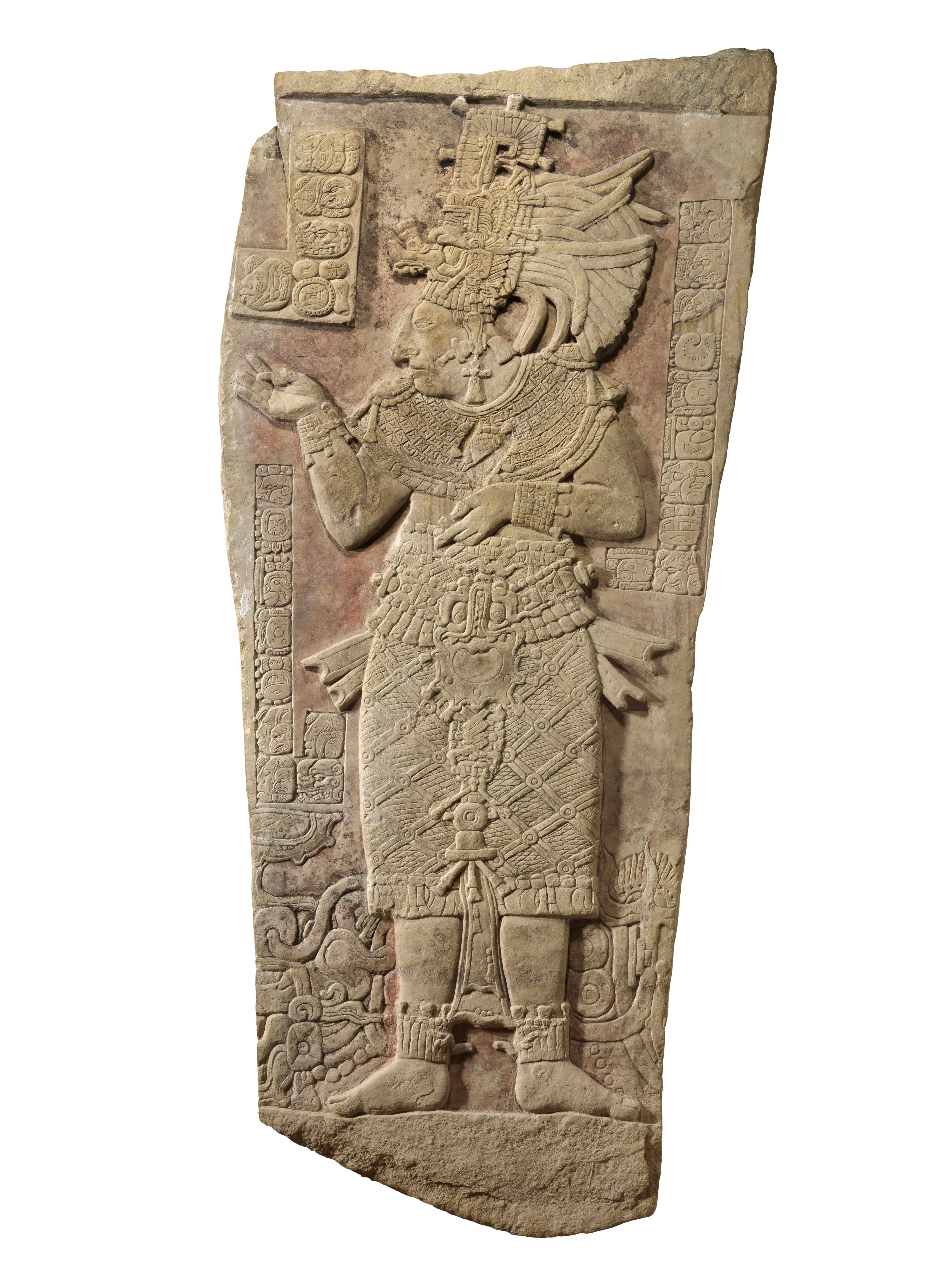 """Wandtafel von 1,70 Metern Höhe mit der Darstellung einer Königin namens Ix Ook Ahiin (""""Frau Krokodil-Fuß"""", 650–750 n. Chr.), Material: Kalkstein"""