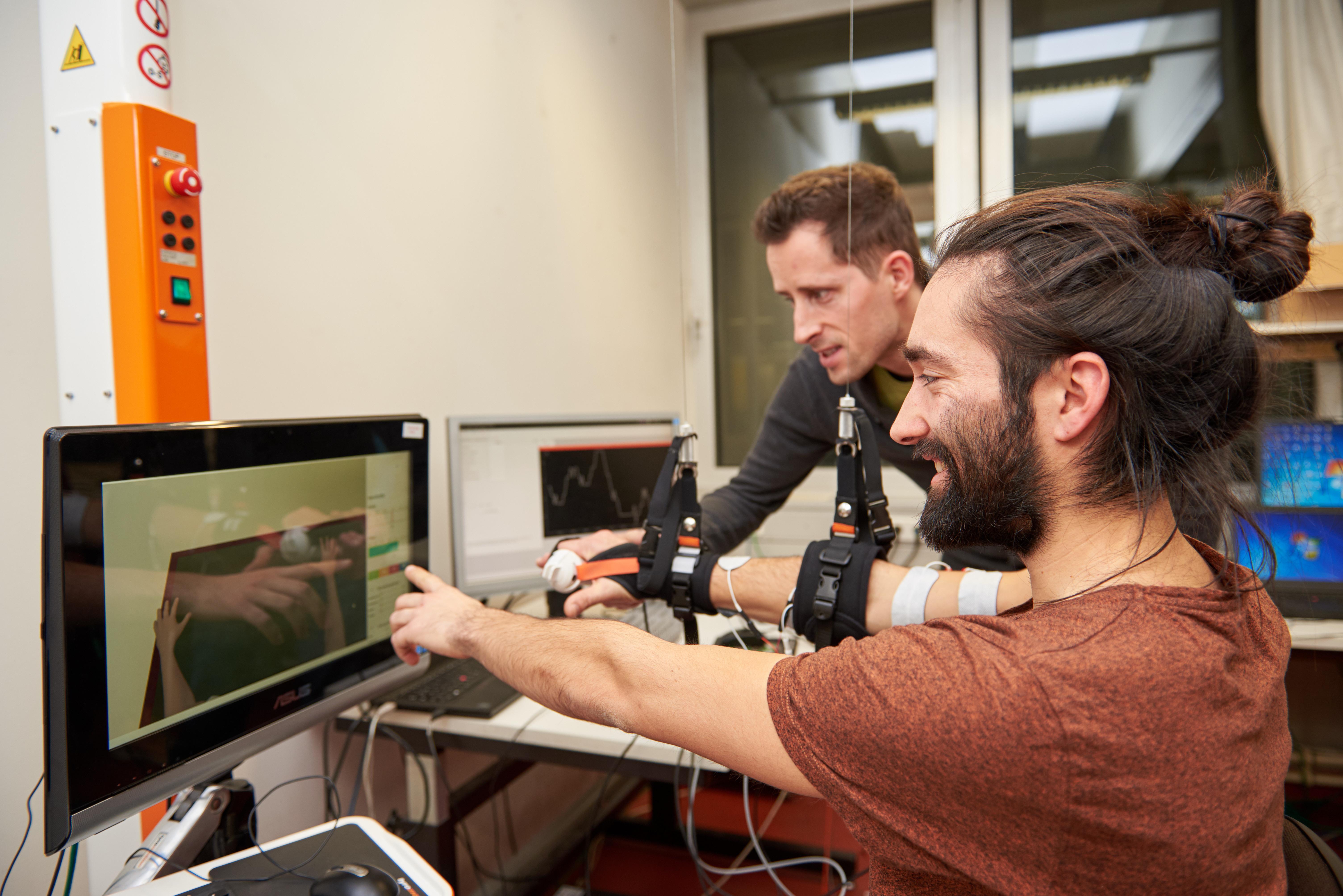 Mit dieser Arm-Neuroprothese erforschen Arne Passon und Thomas Seel Armbeugung, Armstreckung, Handgreifen und Handöffnung.