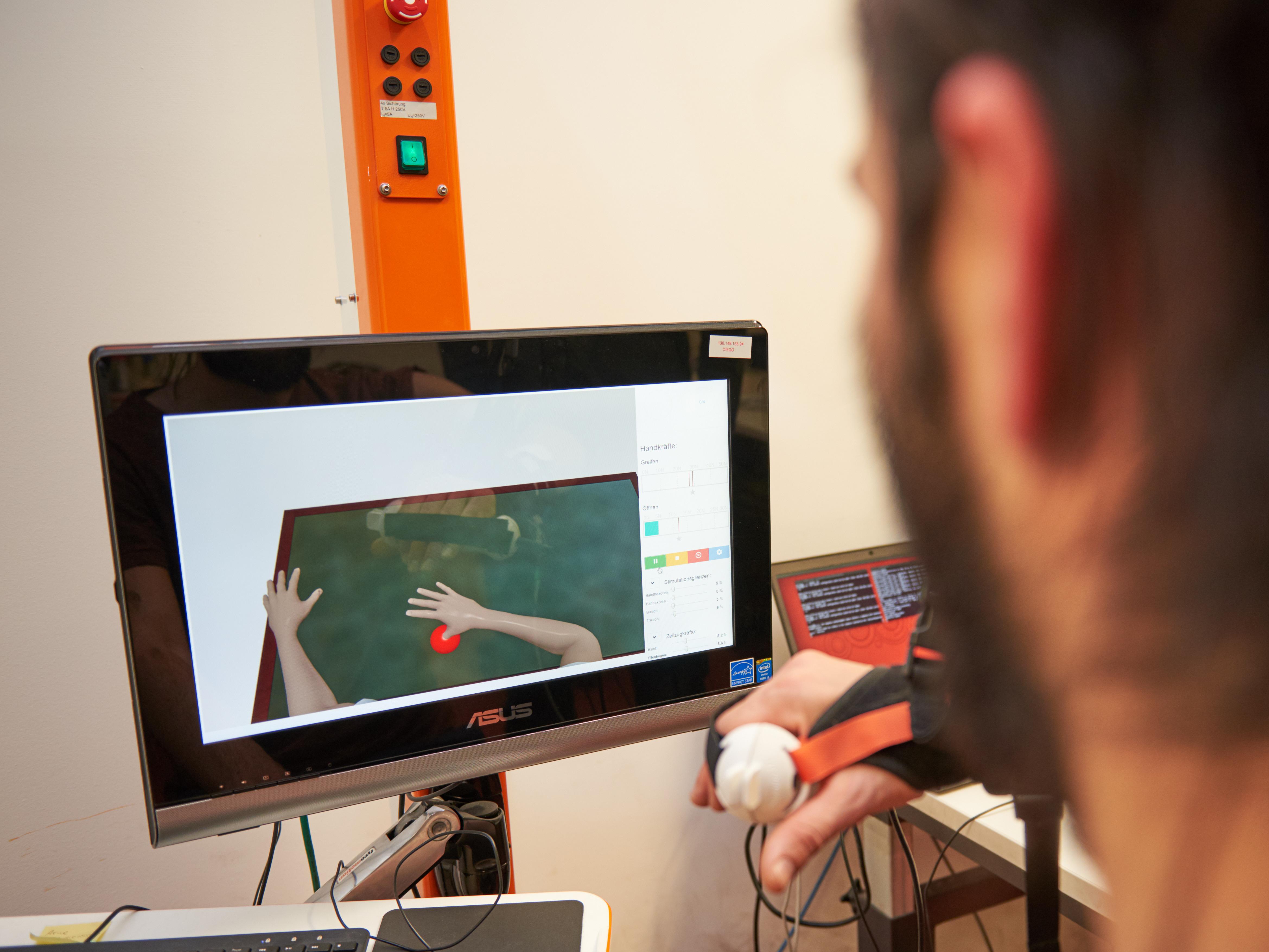 Virtuelles Ballspiel: Werden Übungen zum Muskelaufbau spielerisch organisiert, werden sie häufiger ausgeführt und der Behandlungserfolg ist größer.