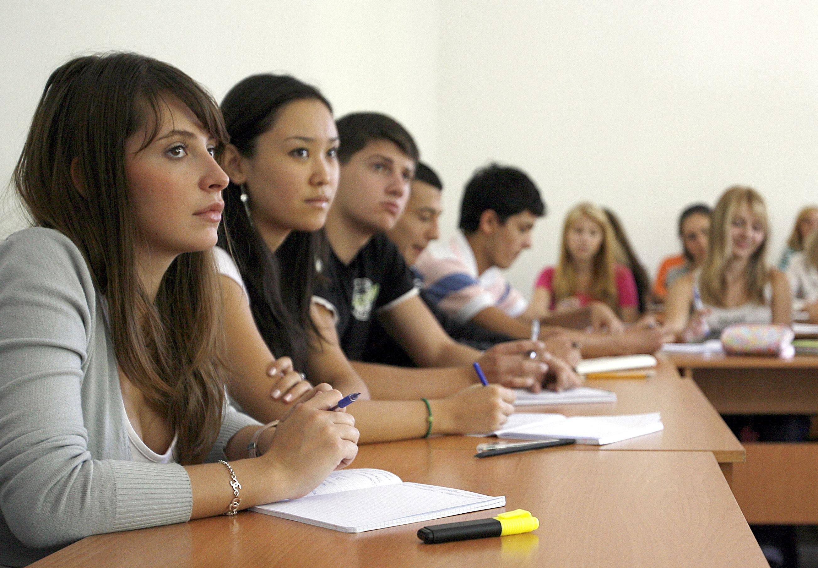 Studenten am 04.09.2008 beim Unterricht in der deutsch-kasachischen Universität in Almaty. Foto: Wolfgang Kumm dpa +++(c) dpa - Report+++ | Verwendung weltweit