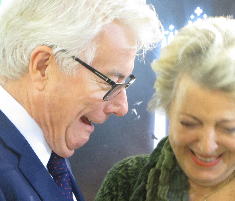 """Man sagt, er sei ihr größter Fan: Ken Follett und Marie-Luise """"Mutter Beimer"""" Marjan fraternisieren auf der Buchmesse."""