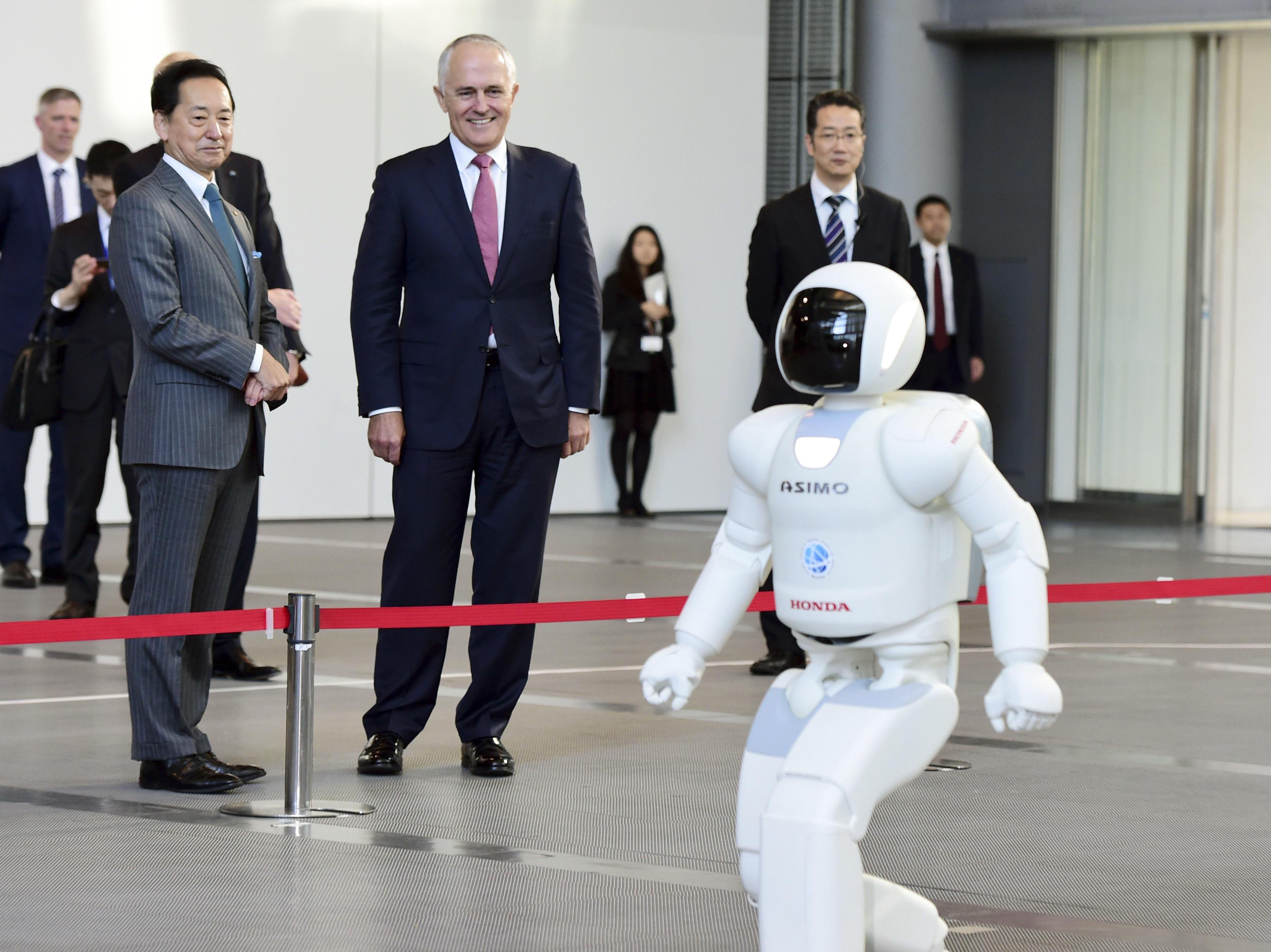 Der australische Premierminister Malcolm Turnbull (2.v.l.) begrüßt seinen Politikerkollegen Asimo (vorne)
