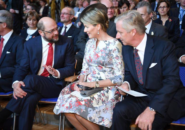 Martin Schulz und Königin Mathilde von Belgien besprechen etwas innereuropäisches. König Philippe guckt zu.