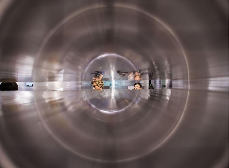 Plexiglaselemente geben den Blick in den Raum frei.