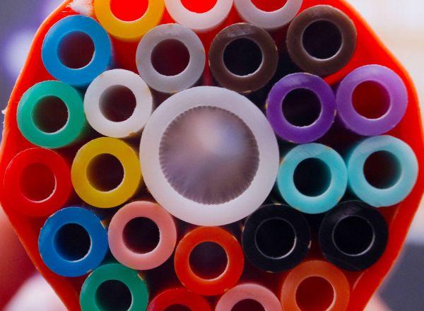 In diese Rohre kommen Glasfaserkabel hinein.