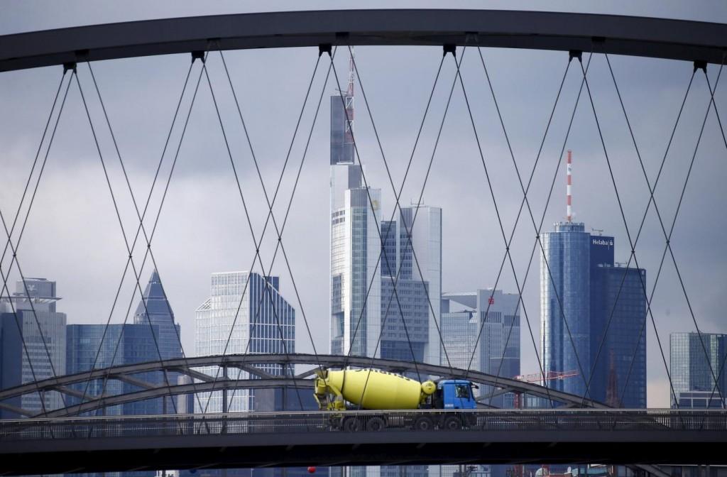 Geld zu Beton zu Geld: Seit der Finanzkrise schauen Ökonomen kritischer hinter die Fassaden der Finanzplätze, wie hier in Frankfurt. Wie viel Bank ist gut für die Wirtschaft?
