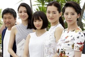 An der Croisette gefeiert: Regisseur Hirokazu Kore-Eda mit den Darstellerinnen Masami Nagasawa, Suzu Hirose, Haruka Ayase und Khao