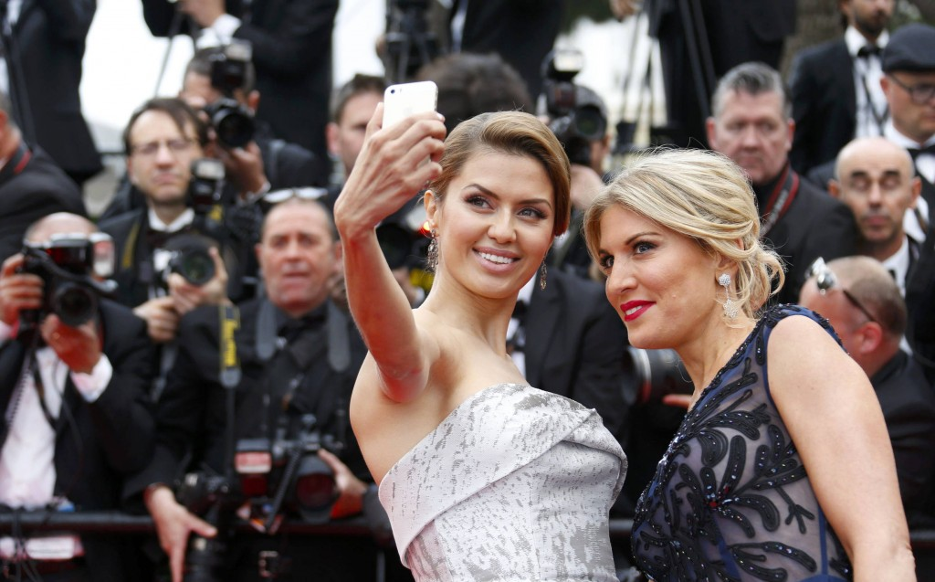 Wo sie schon mal da sind: Die russische Moderatorin Victoria Bonya (l.) und die Schauspielerin Hofit Golan lächeln vor der Eröffnung des Festivals am 14. Mai 2014 schnell noch einmal in die eigene Kamera.